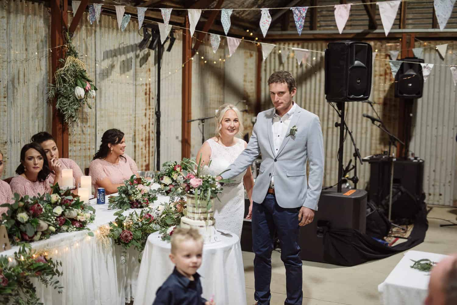 Couple cut the cake at their Ondit Colac wedding