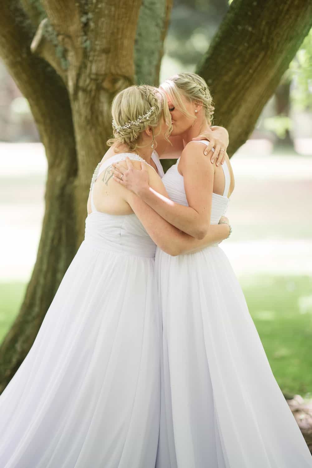 brides kissing in colac boatnic garden